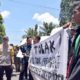 Aksi demonstran di depan Gedung DPRD Kabupaten Trenggalek. (mil)