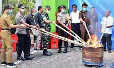 Jajaran Forkopimda Kabupaten Trenggalek melakukan pemusnahan barang bukti miras dan Narkotika di halaman Kantor Kejari Trenggalek