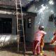 Petugas pemadam kebakaran melakukan upaya pemadaman api di lokasi