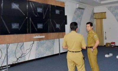 Bupati Arifin cek ruang Smart Center yang merupakan kantor dinasnya