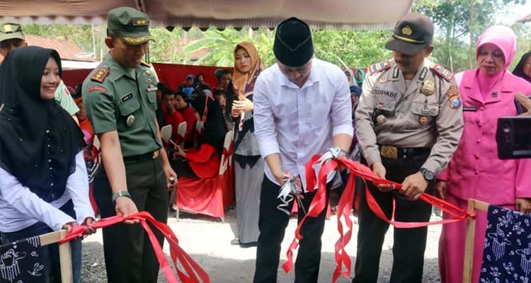 Bupati Arifin meresmikan kawasan inklusif kaum disabilitas di Kabupaten Trenggalek. (mil)