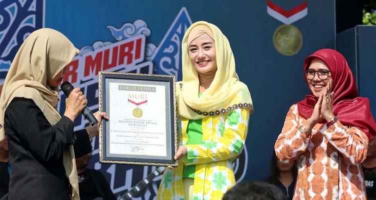 Pecahkan rekor gunakan batik Shibori, Novita Hardiny terima penghargaan dari MURI. (ist)