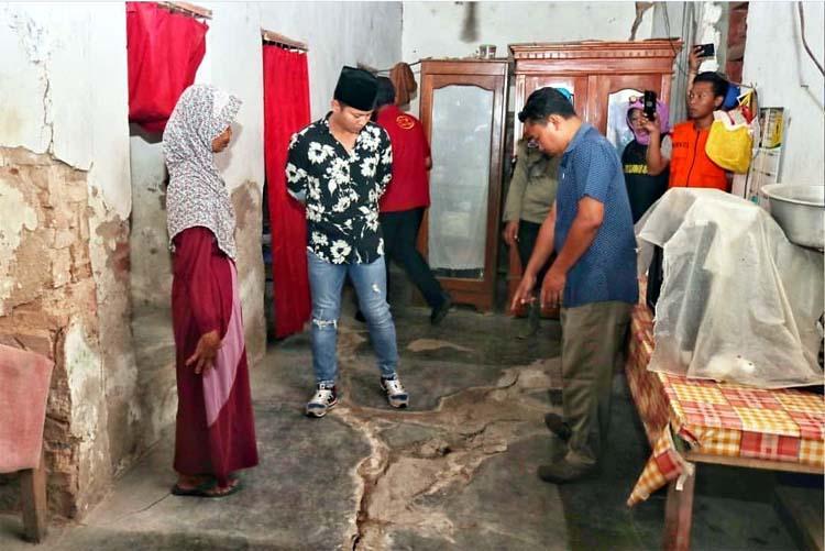 Bupati Arifin saat meninjau rumah warga yang terdampak tanah gerak di Desa Melis Kecamatan Gandusari. (istimewa)