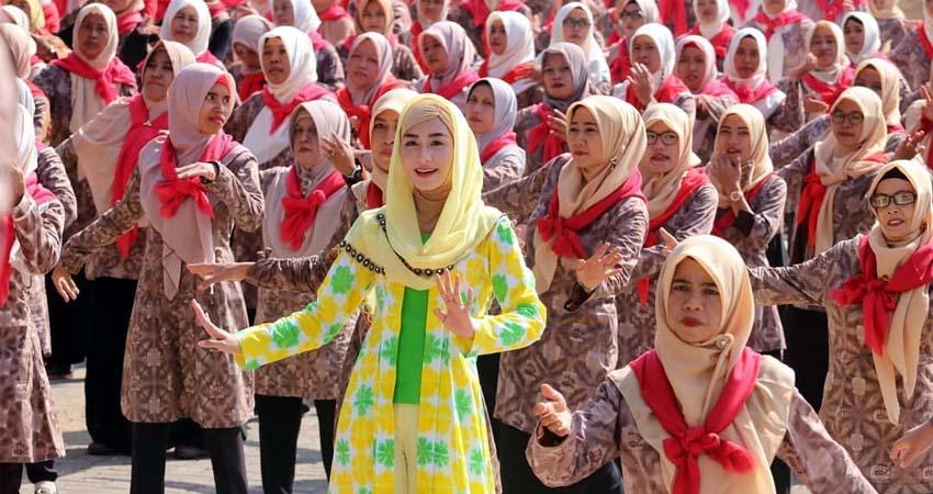 Pecahkan MURI, Ribuan Ibu - Ibu Trenggalek Kenakan Batik Shibori
