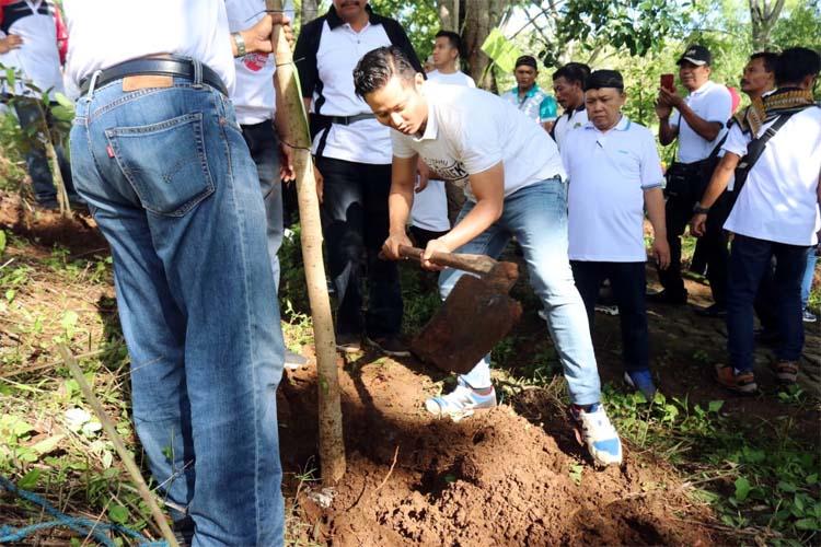 Bupati Trenggalek Mochammad Nur Arifin menanam pohon di hutan kota. (mil)