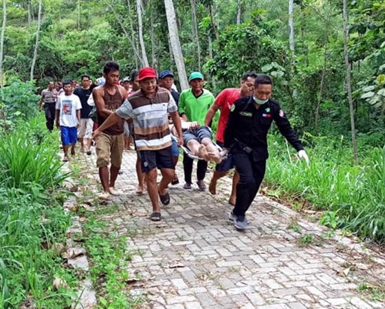 Proses evakuasi korban tenggelam di Dam Bagong oleh warga sekitar. (ist)