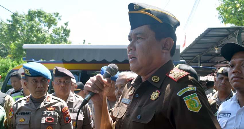 Kepala Kejaksaan Negeri Trenggalek, Lulus Mustofa saat menemui masa aksi di depan Kantor Kejari. (mil)