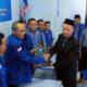 Bakal calon Bupati Trenggalek, Muhadi saat menyerahkan formulir pendaftaran ke kantor DPC Partai Demokrat Kabupaten Trenggalek. (ist)