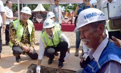 Peletakan batu pertama oleh Wagub Emil dalam peresmian pembangunan Pasar Pon Trenggalek. (mil)