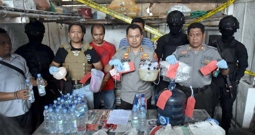 Polisi amankan pelaku beserta barang buktinya. (mil)