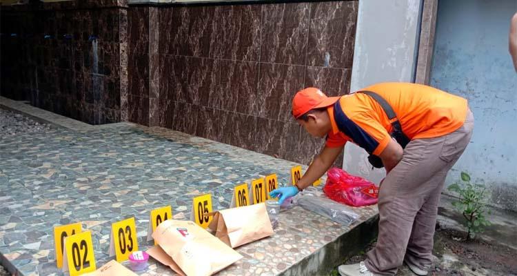Polisi saat melakukan olah TKP di masjid Ponpes Hidayatul Mubtadi'in Gunung Kebo Trenggalek. (mil)