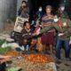 Bupati Trenggalek membagikan masker kepada para pedangang di Pasar Subuh. (ist)