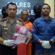 AKBP Jean Calvijn Simanjuntak tunjukkan barang bukti dan tersangka Kemis. (mil)