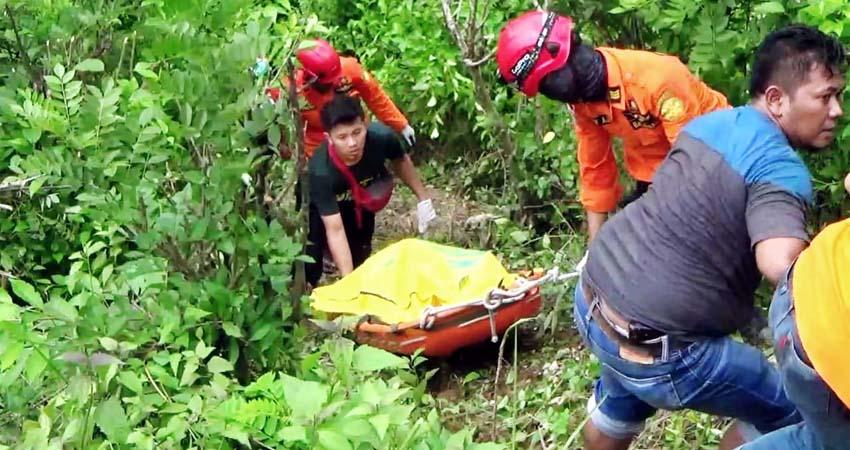 Proses evakuasi mayat oleh tim gabungan. (ist)