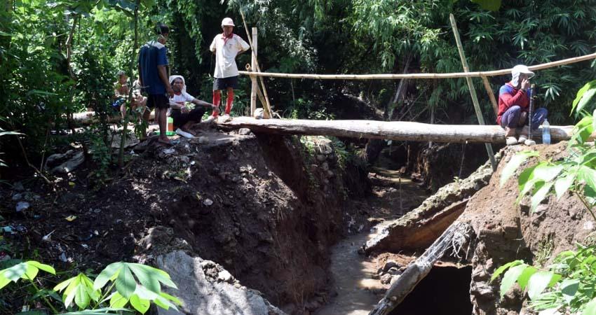Tergerus Banjir, Jembatan Penghubung 2 Desa Ambrol