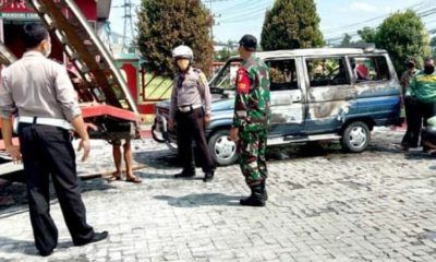 Mobil Toyota Kijang yang terbakar di area SPBU Trenggalek. (ist)