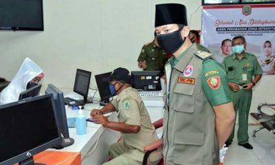Bupati Trenggalek launching percepatan Layanan Pengiriman Administrasi Kependudukan di kantor Dukcapil. (ist)