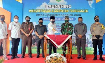 Bupati Arifin saat melaunching website pasarTrenggalek.com di area Pasar Bendorejo Kecamatan Pogalan. (ist)