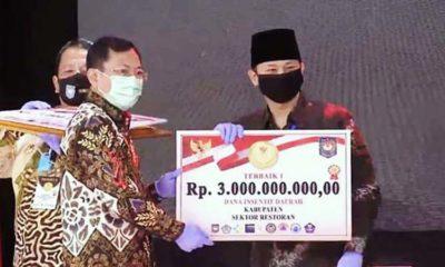 Bupati Trenggalek Mochamad Nur Arifin saat menerima penghargaan dari Kemendagri dalam Lomba Inovasi Daerah Tatanan Normal Baru. (ist)