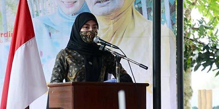 Novita Hardiny saat melakukan sosialisasi screening mata dengan Klinik EDC di Kecamatan Karangan