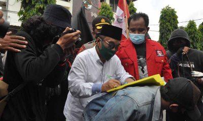 Ketua DPRD Trenggalek saat menerima aspirasi GMNI atas penolakan Omnibus Law (Cipta Kerja)