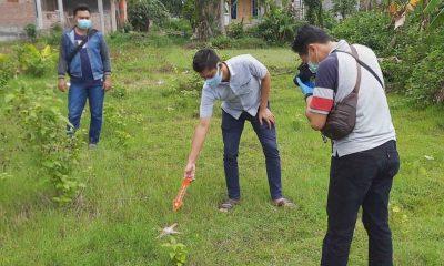 Polisi sedang melakukan olah tempat kejadian perkara penemuan mayat di Kelurahan Ngantru Kecamatan Trenggalek - Ada Luka Robek Di Kepala, Pria Tewas Didepan Rumah Kos