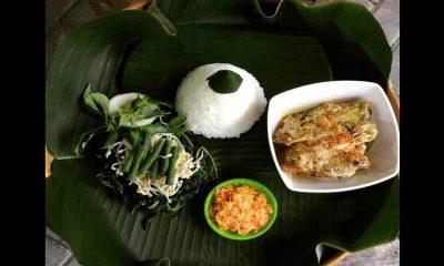 ANDALAN : Kuliner andalannya Kabupaten Trenggalek, ayam lodho lengkap dengan nasi putih dan urap sayur.
