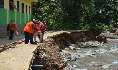 Peninjauan lokasi terdampak bencana banjir dan tanah longsor oleh Tim BPBD Provinsi Jatim.