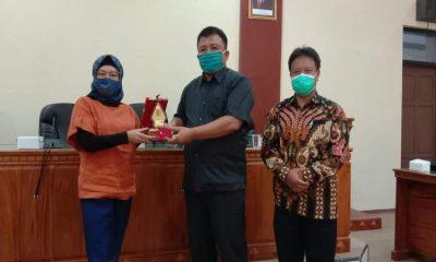 Wakil Ketua DPRD Kabupaten Wonogiri Siti Hardiani (kiri) bertukar cindera mata dengan anggota DPRD Trenggalek.