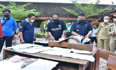Pjs Bupati Trenggalek saat meninjau bencana banjir di Kecamatan Watulimo.