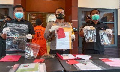 Polisi tunjukkan barang bukti kasus kerusakan lingkungan hidup akibat usaha tambak udang Vanamei.