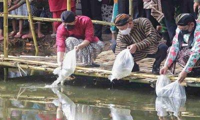 Sebar Benih Ikan, Bupati Arifin Manfaatkan Bekas Galian Emas