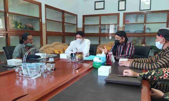 Wabup Trenggalek Syah M. Natanegara dan Sekda Trenggalek saat menerima kunjungan ARuPA dan USAID Bijak di kantor sekretariat daerah.